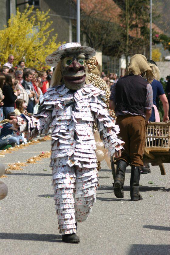 Ein mit Jasskarten verkleideten Läufer während eines Eierrennens 2006. Quelle: Wikimedia Commons