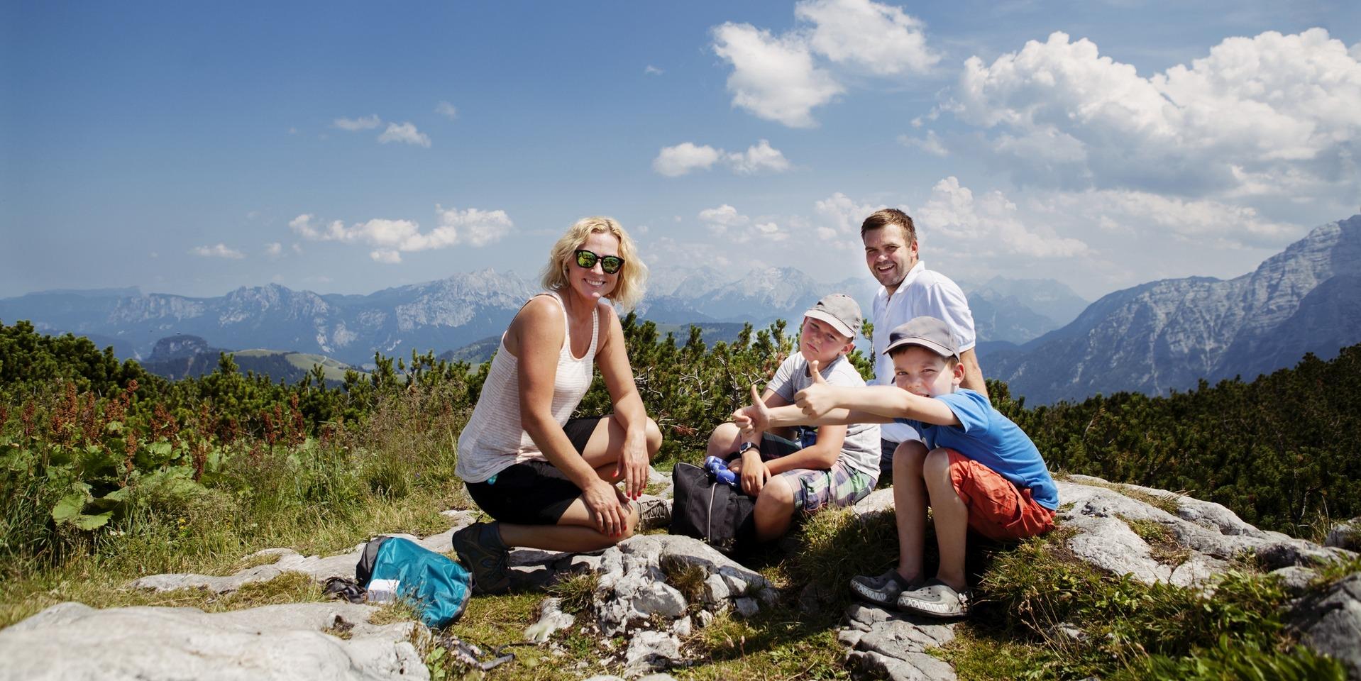 Un couple et leurs enfants sont en randonnée à la montagne