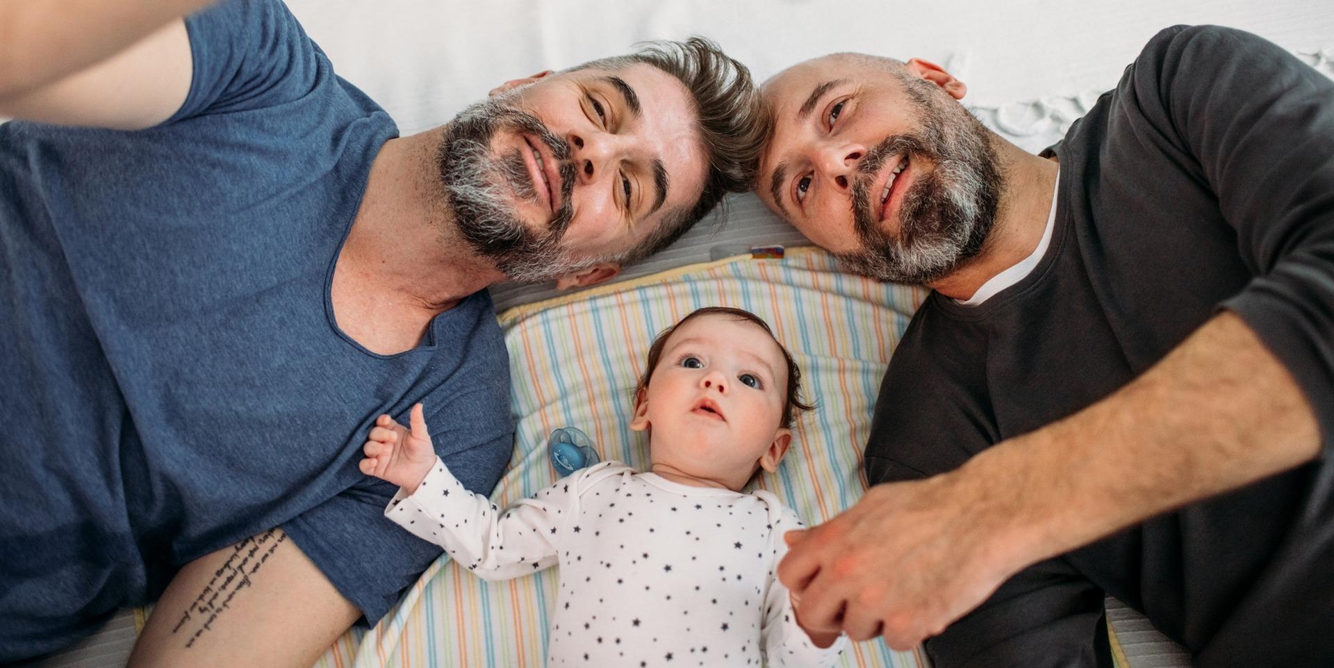 Un couple de deux papas et leur enfant adopté