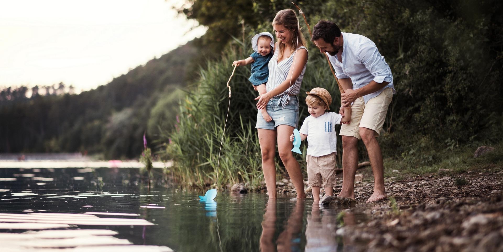 Famille qui réalise une activité en plein air