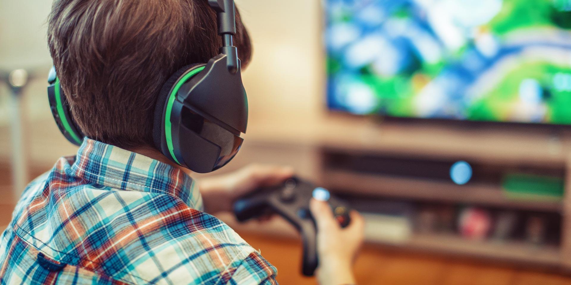 Enfant jouant aux jeux vidéo
