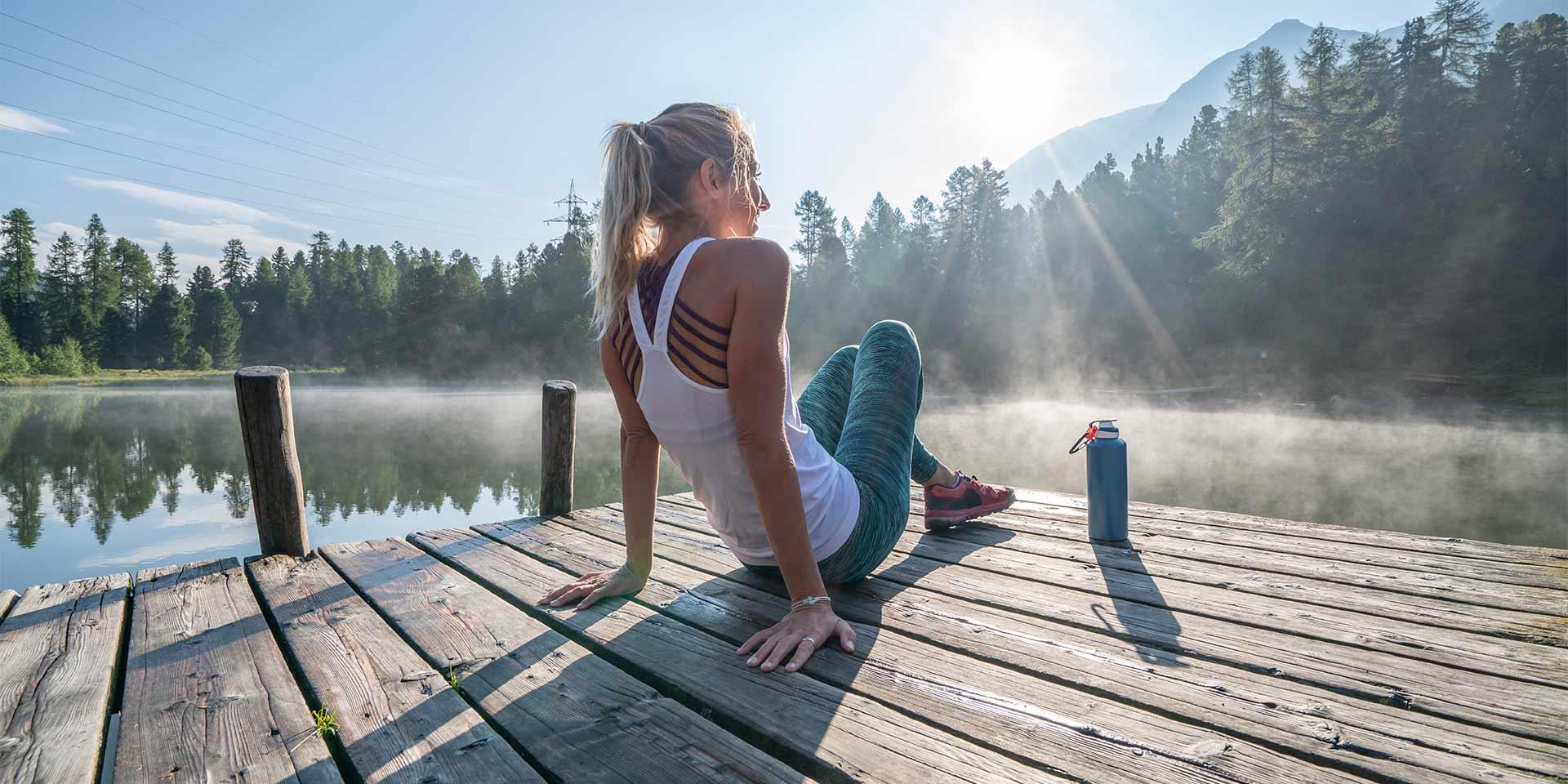 Jeune femme sportive contemplant la nature