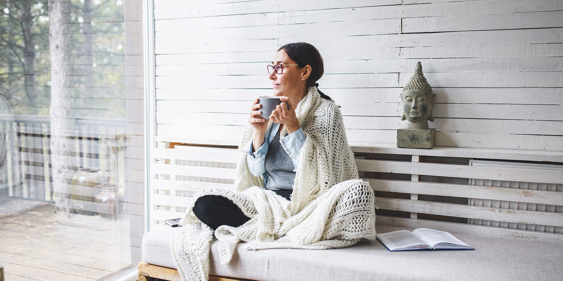 Femme assise qui boit un thé