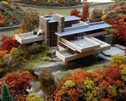 Eine Miniaturnachbildung des Fallingwater-Gebäudes